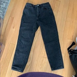 High waisted fitted black jeans straight cut.